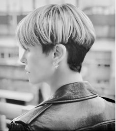 This Throwback Hairstyle Is Fall Hottest Look The Modern Bowl Cut Is This Fall's Hottest Look Bowl Haircut Women, Charlize Theron Short Hair, Charlize Theron Hairstyle, Short Hair Cuts, Short Hair Styles, Brunette Bangs, Bowl Haircuts, Sandy Blonde, Corte Y Color