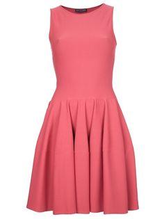 Vestido rosa modelo 'Skater', Alexander McQueen. Possui decote redondo, não tem mangas e pregas na saia.