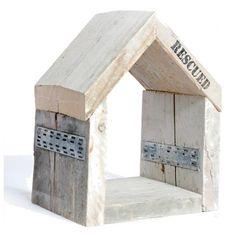 Dit leuke kastje is gemaakt van hout en heeft een hele stoere uitstraling. Gebruik het als opbergkastje aan de muur of als sleutelkastje in de gang. Ook in de woonkamer met een stoere kaars erin staat het goed. 35 cm hoog.