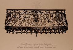 """Archivbild: """"Zur Goldenen Kugel"""", Schmiedeeisernes Balkongitter mit reichverzierten getriebenen Ornamenten"""