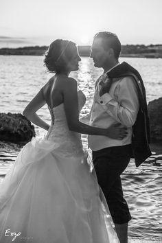 Contre jour, photo noir et blanc de jeunes mariés One Shoulder Wedding Dress, Marie, Photos, Wedding Dresses, Board, Fashion, Newlyweds, Photo Black White, Bride Dresses