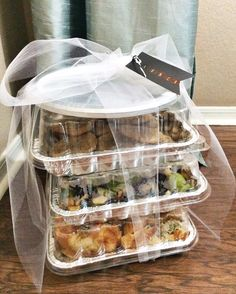A Simple Meal Gift For New Moms. This is lovely. Also good for families with a family member in the hospital, hospitality, etc. A Simple Meal Gift For New Moms. This is lovely. Also good for famil Freezer Meals, Easy Meals, Healthy Meals, Healthy Food, Yummy Food, Cute Gifts, Baby Gifts, Little Presents, Baby Presents