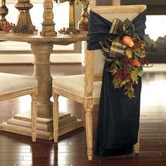 fruits et feuilles d'automne pour décorer la chaise dans la salle à manger