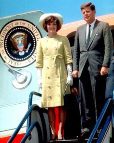 JACKIE KENNEDY: December 1961 Where: With President John F. Kennedy at the airport while touring Alliance for Progress projects in Latin America. Jacqueline Kennedy Onassis, John Kennedy, Estilo Jackie Kennedy, Les Kennedy, Jaqueline Kennedy, Kennedy Town, Caroline Kennedy, Visa Americana, Familia Kennedy