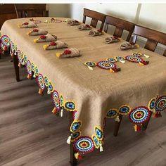 Inspire-se nessa bela toalha de juta usando trocando o crochet por módulos de Renda Tenerife de linha colorida Embroidery Stitches, Embroidery Patterns, Knitting Patterns, Crochet Patterns, Hand Embroidery, Crochet Home, Crochet Motif, Crochet Doilies, Crochet Flowers