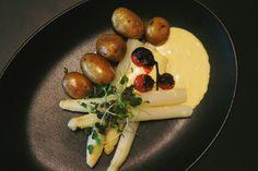 Asparagus / potatoes / hollandaise sauce   #lunch #food #asparagus #potatoes #hollandaise #veggie #vegetarisch #superconceptspace #berlinfood