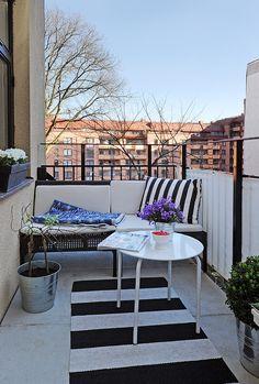 Black and white outdoor patio. Alvhem, parveke