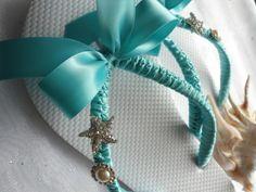Chanclas para la novia (flip flops for bride). Perfectas para bailar la novia en su boda en la playa.