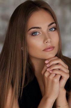 Diese Frau ist immer wieder ein optisches Highlight. Dezentes perfektes Make-Up, wunderschöne Augen und ein ästhetisches Auftreten. Leider ist mir der Name nicht bekannt.