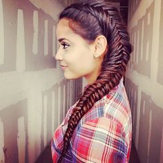 Need a new Summer braid idea? These braided hairstyles from Sarah Potempa are original and gorgeous! This side braid is a Dutch and Fishtail combination.