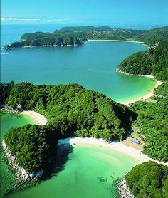 Las playas de aguamarina en la sinuosa costa del Parque Nacional Abel Tasman: un paraíso en #NuevaZelanda. #OneTwoTrip