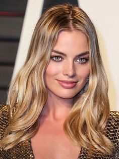 This gorgeous warm golden blonde balayage highlighted hair looks amazing with Margot Robbie's hazel green eyes and skin. Atriz Margot Robbie, Margot Robbie Style, Margo Robbie, Actress Margot Robbie, Margot Robbie Without Makeup, Blonde Green Eyes, Hazel Green Eyes, Golden Blonde Hair, Hazel Eyes