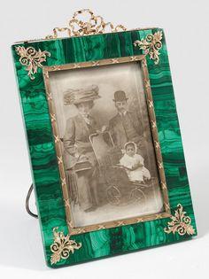 Tisch-Bilderrahmen Malachit mit vergoldeten Silberapplikationen.Russland. Um 1900.
