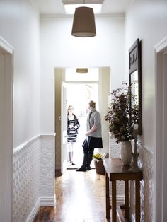 6 Eye-Opening Tips: Black Wainscoting Dark Doors wainscoting around windows ideas.Shiplap Wainscoting Shelves wainscoting full wall entry ways. Lounge Room, Country Cottage Style, Tin Walls, Home, Interior, Wainscoting Stairs, Dining Room Wainscoting, Wainscoting, Cottage Style