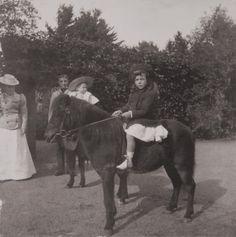 Princess Elisabeth of Hesse and by Rhine with cousin Tatiana Nikolaevna on horseback.  <3