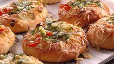 Cesnakové pizze akurát do ruky - Pluska.sk Dumplings, Baked Potato, Food And Drink, Pizza, Potatoes, Bread, Baking, Ethnic Recipes, Basket