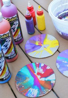 Art Sun Catchers Spin art sun catchers made with a salad spinner.Spin art sun catchers made with a salad spinner. Preschool Crafts, Diy And Crafts, Crafts For Kids, Arts And Crafts, Process Art, Art Soleil, Projects For Kids, Art Projects, Old Cd Crafts