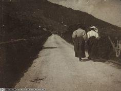 """Laura Hezner und Marie Jerosch auf dem Weg """"Nach Flims"""", Bild Nr. 21 aus  dem Fotoalbum """"Exkursion 27.-31. Juli 1899 ins Tödi- und Segnes-Gebiet"""" (ETH-Bibliothek, Bildarchiv, Hs_0401-0780-021)"""