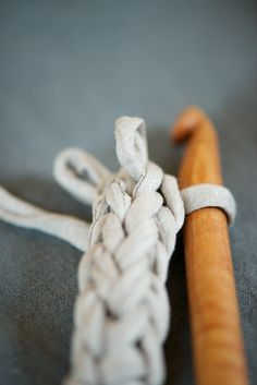 crochet a cord, can use this for a necklace or bag handles - lebenslustiger Crochet Cord, Love Crochet, Learn To Crochet, Diy Crochet, Crochet Crafts, Crochet Stitches, Crochet Hooks, Crochet Projects, Crochet Tutorials