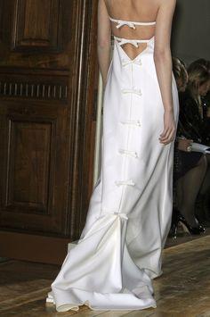 Valentino Haute Couture Fall 2011 - details bow back closure & trim down train Fashion Details, Fashion Design, Fashion Essentials, White Fashion, Beautiful Gowns, Simply Beautiful, Pretty Dresses, Bridal Dresses, Marie
