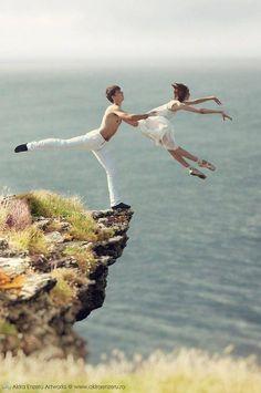 excelente foto, el simbolismo de la confianza absoluta de la bailarina en su partenaire, serìa imposible de realizar de no ser asì. contemporary dance couple | Tumblr