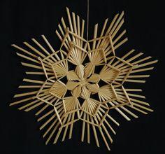 Velká slaměná hvězda 2 na objednávku Velká dekorativní hvězda vyvazovaná z bělené pšeničné slámy. Tato hvězda je krásná k zavěšení do okna, nebo se dá za střed uvázat na špičku vánočního stromku. Sláma je před pletením barevně ustálena, aby zůstala stále stejně barevná Průměr cca 29 cm Cena je za 1 ks
