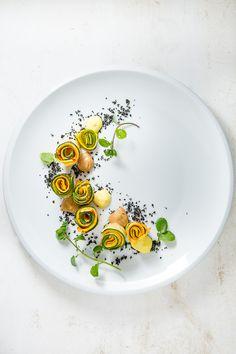 Leckere, einfache Vorspeise vom Grill mit gegrillten Zucchini-Rollen, Miso-Mayonnaise und einer Zitronencreme.