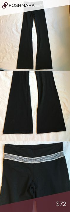 Lululemon athletica groove pants reversible 6 Tall Lululemon athletica groove pants reversible 6 Tall these pants are n Excellent Condition no wear or piling please have the tags still attached, can wear reversible. These have a fitted leg then flare at the bottom, Black with a checkered black & white pattern with a white trim lululemon athletica Pants Track Pants & Joggers