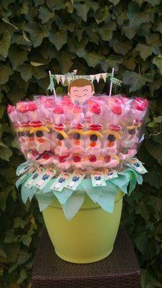 Maceta de brochetas dulces para comunión.