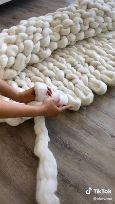 Diy Crafts For Teens, Diy Crafts Hacks, Diy Crafts For Gifts, Diy Home Crafts, Diy Projects, Knitting Yarn Diy, Hand Knitting, Finger Knitting Blankets, Arm Knitting Tutorial