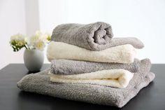 Pole midagi mõnusamat uue rätiku värskusest ja pehmusest. Iga kord, kui uue rätiku koju tood, tuksub sul hinges lootus, et see ei muutu iial karedaks, jäigaks ja tuhmiks, kuid tõsi on see, et kui sa pole valmis pisut lisavaeva nägema, väsib ka alguses kõige pehmem kiiresti ja muutub karedaks. Kuidas rätikuid pehme ja kohevana hoida?