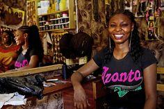Entrando nel sistema di microcredito questa donna ha avuto modo di aprire un salone di parrucchiera che le ha permesso di rafforzare la propria autostima e autonomia finanziaria.