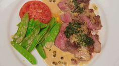 Saftig högrev möter säsongens primörer och serveras med grönpepparsås och krispig persilja.