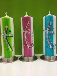 Taufkerze geschwungenes Kreuz farbig hinterlegt von Kerzenlaedchen