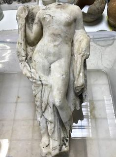 A dig for the Thessaloniki Metro revealed a headless statue of Aphrodite, the Greek goddess of love and beauty. The metro works further divulged the presence of floor mosaics dating back to the century AD. Greek History, Ancient History, Metro Construction, Ancient Goddesses, Archaeological Finds, Goddess Of Love, Minoan, Alexander The Great, Thessaloniki