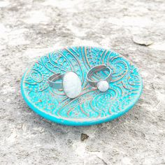 ArtyAri rings in a beautiful Ellomellohandmade dish! Beach Mat, Outdoor Blanket, Dish, Rings, Shop, Beautiful, Jewelry, In The Rain, Stainless Steel
