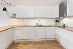 Kjøkken Sigdal hvite glatte fronter. Benkeplate i eik.