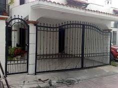 proteccion de herreria para ventanas - Buscar con Google Iron Gate Design, House Gate Design, Fence Design, Spanish Style Homes, Spanish House, Iron Doors, Iron Gates, Home Fencing, Fences