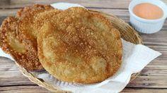 Los yaniqueques son una comida callejera muy popular en República Dominicana, vendida principalmente en la playa. Se trata de una masa frita, crocante, muy simple pero deliciosa. Los dominicanos la disfrutan en cualquier momento del día y de muchas maneras:  salados, con kétchup, acompañando una taza de chocolate caliente, condimentados con queso y dobladitos como empanadas, o rellenos con queso, carne y verduras. El yaniqueque tradicional es chato, redondo, sabroso y grande.