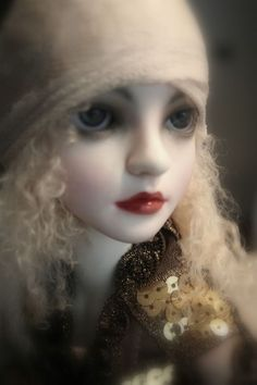 bjd... he detailing is so eerie real but she is just amazing and beautiful..very mesmerizing...