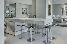 Open keuken met design kookeiland met ontbijtbar. Designkeuken Culimaat BloxX - prijswinnaar van beste keukenontwerp 2015