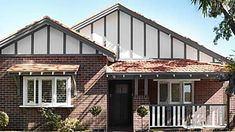 1920s architecture in Australia: house styles and influences Bungalow Renovation, Bungalow Exterior, House Paint Exterior, 1920s Architecture, Clad Home, Scandi Style, Scandinavian Style, California Bungalow, London Townhouse
