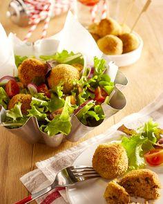 CROQUETTES DE POULET FONDANTES AU FROMAGE FRAIS Pour 4 personnes : 400 g de restes de poulet rôti 1 cuillère à soupe d'estragon séché 2 pincées de piment d'Espelette 1 cuillère à soupe de persil séché 100 g de chapelure 250 g de fromage frais 2 pincées de sel Un filet d'huile d'olive Une recette facile à réaliser à partir de restes de poulet rôti. C'est facile de ne plus gaspiller tout en régalant toute la famille ;-) Parsley, Finger Foods, Avocado Toast, Holiday Recipes, Easy Meals, Cheese, Breakfast, Olive Oil, Philly Cream Cheese