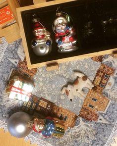 Как жалко всегда разбирать елку. Складываешь игрушки в коробки выбрасываешь мишуру заворачиваешь колокольчики а за окном снег идет. И зама в самом разгаре и елка н ссыпалась. А приходится убирать - все праздники кончились и надо активно работать и думать в будущее. Мы никуда не ездили в эти каникулы но провели их очень хорошо.  #новыйгод #игрушки #елочныеигрушки #русскаязима