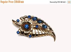 ❘❘❙❙❚❚ ON SALE ❚❚❙❙❘❘   For your consideration is this Mid Century blue rhinestone gold tone flower