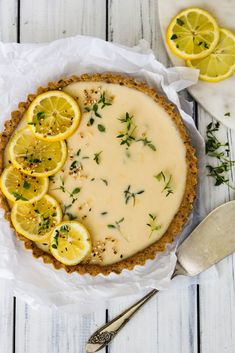 Lemon Curd & Thyme Tart (Vegan & Gluten Free Lemon Curd & Thyme Tart (Vegan & Gluten Free) The easiest and best Lemon Curd Tart ever Dessert Sans Gluten, Bon Dessert, Oreo Dessert, Tarte Vegan, Tart Recipes, Baking Recipes, Dessert Recipes, Recipes Dinner, Lemon Curd Tart