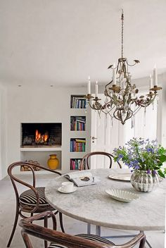 thonet karmstolar 209, marmorbord carrara, kristallkrona, eldstad, öppen spis modern