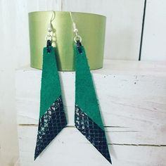 In with the green 🍀! Light chartreuse vegetable tanned leather cuff. Shamrock green with black snake skin pattern, geometric dangle earrings.