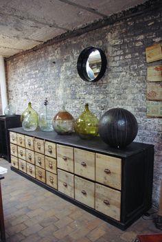 Ancien meuble de quincaillerie en bois recyclé dans un intérieur contemporain