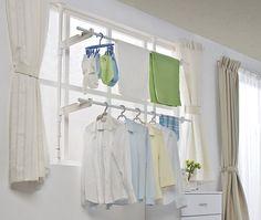 室内に洗濯物を干す場所がない 室内干しで一番困るのは干す場所ですよね。 自立タイプの物干しでは場所を取って使いづらいし いちいち出し入れするのも面倒くさい。 バスルームに備え付けの物干し竿や、 カーテンレールにハンガーをかけてもいまいち乾きが悪いし、 そのうち壊れてしまいそうですよね。 場所を取らずに 部屋を広々使える物干しがあると便利ですよね。